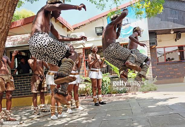 bailarines en soweto zulu - africano nativo fotografías e imágenes de stock