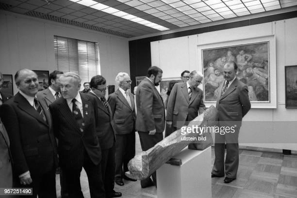 Zum 14 Parteitag der CDU der DDR im Oktober 1977 führt Manfred Bachmann Generaldirektor der Staatlichen Kunstsammlungen den CDUParteivorsitzenden...