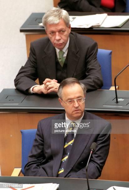 Zum ersten Mal sitzt der neue Bundesfinanzminister Hans Eichel am 1541999 in der ersten Reihe der Regierungsbank im Bundestag in Bonn hinter ihm...