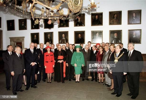 Zum Gruppenbild stellen sich am die anwesenden Monarchen Staatsoberhäupter und Würdenträger im Festsaal des Rathauses von Osnabrück auf Der Besuch...