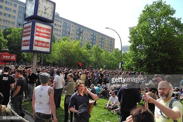 Zum heutigen NPDAufmarsch von Mitte in Richtung Kreuzberg wird entlang der DemoStrecke zur Zivilcourage aufgerufen 1600 Polizisten sind im Einsatz um...