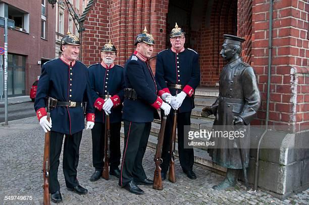 Zum letzten Mal vor der Winterpause spielt die Garde des Hauptmanns von Köpenick am Originalschauplatz vor dem Köpenicker Rathaus das legendäre...