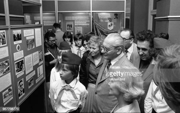Zum VII Pioniertreffen in Dresden vom 152181982 besuchen am 2081982 Margot Honecker Ministerin für Volksbildung Helga Labs Vorsitzende der...