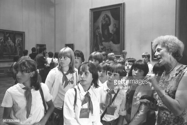 Zum VII Pioniertreffen Mitte August 1982 besuchen Pioniere den Zwinger In der Gemäldegalerie 'Alte Meister' lassen sie sich Gemälde von...