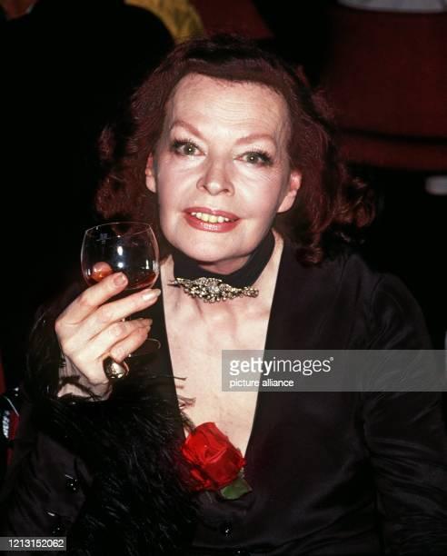 Margot Hielscher zeigt sich auf einem Frühlingsball mit einem Glas Wein . Die deutsche Schauspielerin und Sängerin feiert am 29. September ihren 80....
