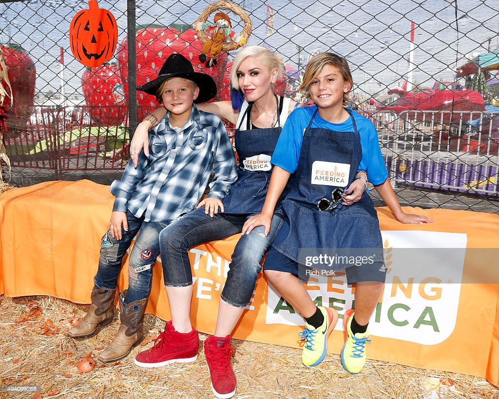 Feeding America And The Los Angeles Regional Food Bank Host Holiday Harvest Volunteer Event At Shawn's Pumpkin Patch : News Photo