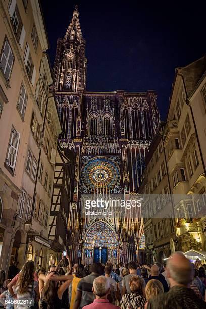 Zur 1000 Jahrfeier der Cathédrale NotreDame de Strasbourg dem Straßburger Münster ist das Gebäude in besonderem Licht illuminiert und zieht so...