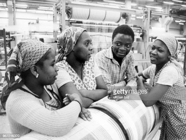 Zur Berufsausbildung in der Textilindustrie weilen diese jungen Afrikanerinnen aus Mosambik im März 1983 beim VEB Frottana Großschönau