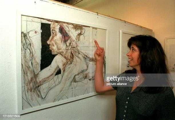 """Zur Eröffnung von vier Horst Janssen-Ausstellungen in Oldenburg erläutert seine Tochter Kathrin eine Studie zu dem Bild """"Titania"""". Unter dem Titel..."""