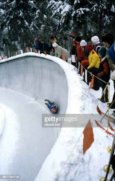 Zur VII Kinder und Jugendspartakiade im Februar 1979 bestreitet ein junger Rodler auf seinem Schlitten mit hoher Geschwindigkeit die Abfahrt auf der...