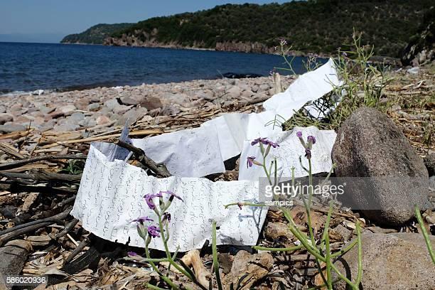 Zurückgelassene Dinge am Strand zwischen Eftalou und Skala Sikamineas auf Lesbos Griechenland wo Flüchtlinge täglich aus Türkei mit Booten stranden...