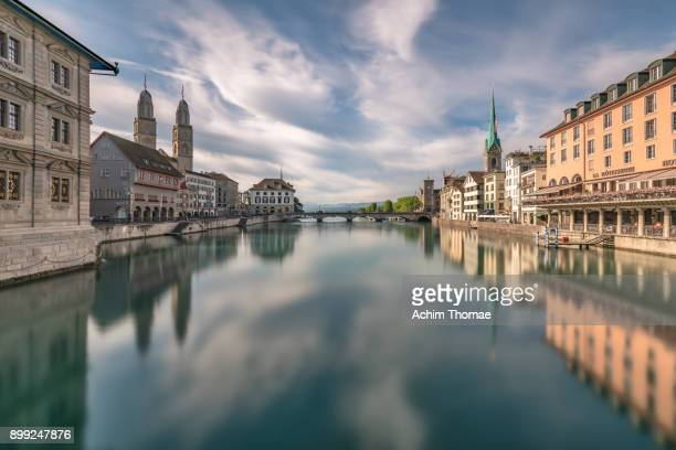 zurich cityscape, switzerland, europe - rio limmat - fotografias e filmes do acervo