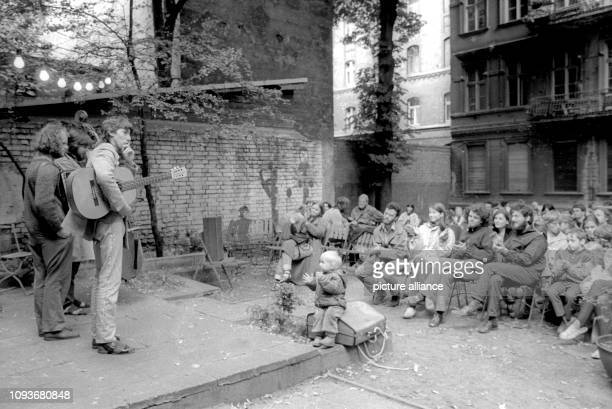 Zuschauer applaudieren drei Musikern im Juni 1987 bei einem privaten Hofkonzert in der Linienstraße in Berlin Für zahlreiche SzeneMusiker...