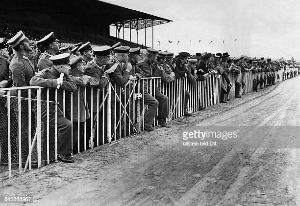 Zuschauer auch Militär beim ersten Trabrennen in der Kriegszeit 1915
