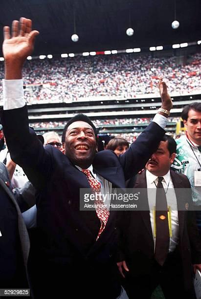 FUSSBALL Zuschauer bei der WM Qualifikation in Mexiko City PELE Sportminister in Brasilien 021197