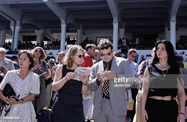 Zuschauer beim Deutschen Galoppderbyin Hamburg - Horn- 4.7.1999