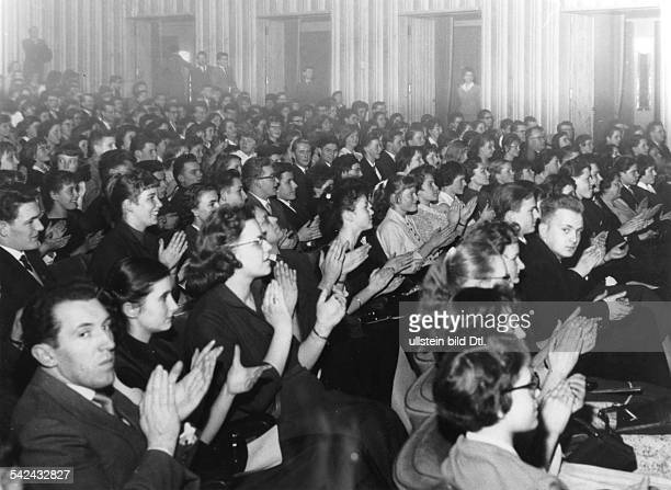 Zuschauer im Kino applaudieren um 1960