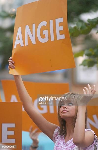 Zuschauer mit ANGIE Schildern während einer Wahlkampfveranstaltung mit Angela Merkel in Berlin