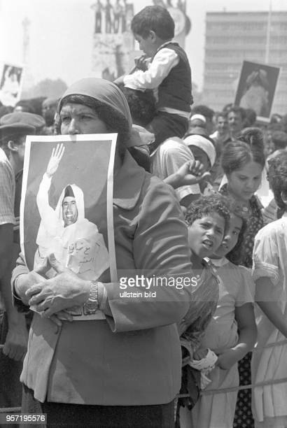 Zuschauer mit dem Bildnis des libyschen Revolutionsführers Gaddafi bei einer Militärparade in Bengasi im September 1979 anlässlich des 10 Jahrestages...