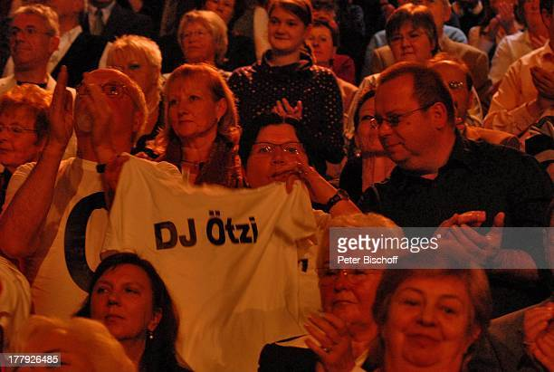 """Zuschauer, Publikum, Fans von D J ; t z i , ZDF-Show """"Willkommen bei C a r m e n N e b e l"""", Westfalenhalle, Dortmund, Nordrhein-Westfalen,..."""