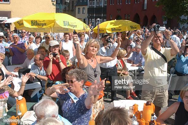 """Zuschauer, RPR-Radio-Show zum 7. Jahrestag, vor dem """"Rathaus-Cafe"""", Live-†bertragung, , Bad Münstereifel, klatschen, Publikum, Schirm,"""