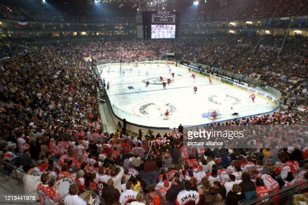 Zuschauer sehen am 4.12.1998 in der ausverkauften Kölnarena das Spiel in der Deutschen Eishockeyliga der Kölner Haie gegen Titelverteidiger Adler...