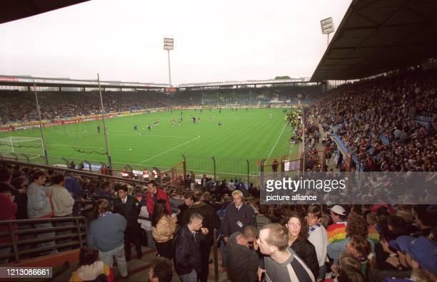 Zuschauer sind am 19.9.1998 im Ruhrstadion des VfL Bochum in Erwartung des Fußball-Bundesligaspiels VfL Bochum - Schalke 04, immer ein popuäres...