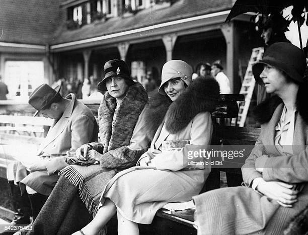Zuschauerinnen in eleganter Kleidung beieinem Turnier im PoloKlub in BerlinFronauAufnahme Martin Munkacsy um 1929