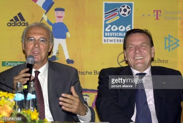 Zuversichtlich und in bester Laune geben sich am 572000 bei einer Pressekonferenz des DFB Bundeskanzler Gerhard Schröder und der Chef der...