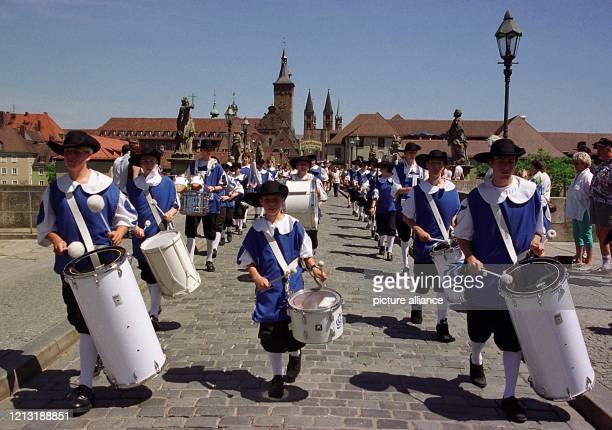 Zwanzig Musik- und 45 Trachtengruppen aus ganz Süddeutschland beteiligen sich am 3. Juli 1999 am traditionellen Kiliani-Festzug in Würzburg. Wie hier...