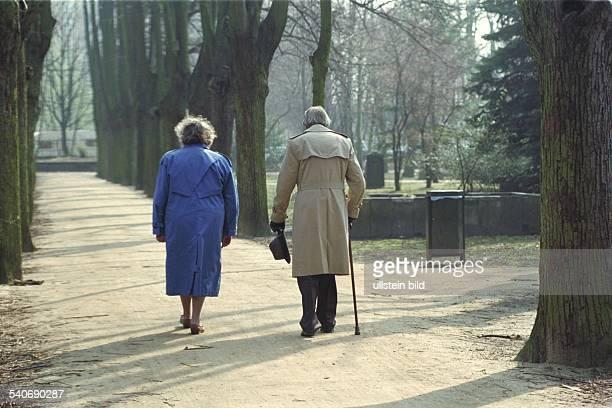 Zwei alte Menschen bei einem Spaziergang durch den Park Rentner Lebensabend Aufgenommen April 1993