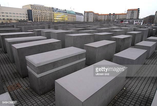 Zwei BetonStelen im HolocaustMahnmal sind versuchsweise mit StahlManschetten gegen die Risse im Beton gesichert Das Mahnmal wurde 2005 eingeweiht