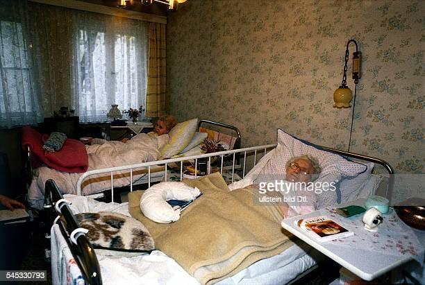 Zwei bettlägrige alte Frauen im`Krankenheim Albert Schweitzer`in Berlin Weissensee 1996