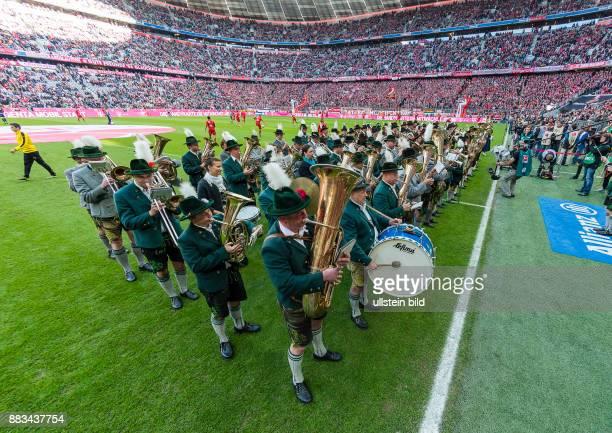 Zwei Blaskapellen stehen auf dem Rasen und spielen vor dem Fussball Bundesliga Spiel Bayern Muenchen gegen Borussia Dortmund am 8 Spieltag der Saison...