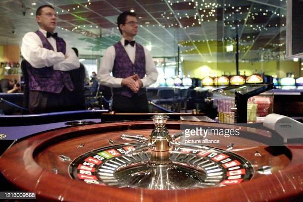 Zwei Croupiers warten am im neuen Casino im Gebäude des Frankfurter Flughafens auf die ersten Besucher Auf 350 Quadratmetern können erstmals in einem...