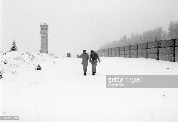 Zwei DDRGrenzsoldaten einer NVAGrenzkompanie am Brocken im Harz auf einem Kontrollgang im Grenzgebiet der innerdeutschen Grenze entlang des...