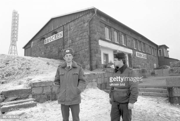 Zwei DDRGrenzsoldaten vor einem Gebäude auf dem Brocken aufgenommen im Januar 1990 Der Brocken im Harz war bis zur deutschen Einheit ein stark...