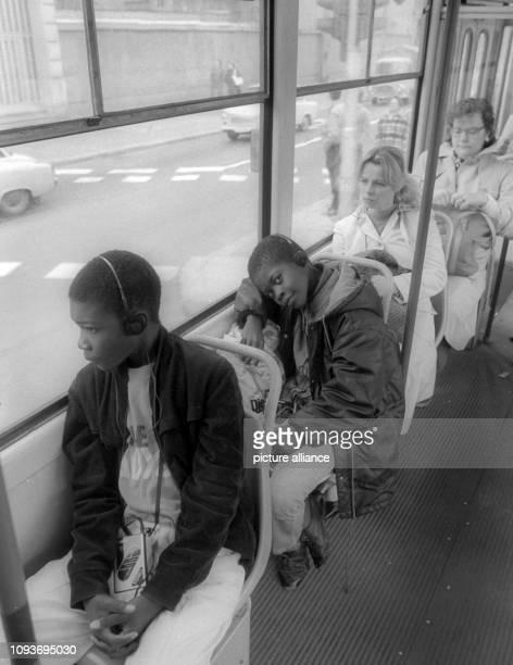 Zwei dunkelhäutige Jungen fahren 1985 mit einer Straßenbahn durch OstBerlin In der DDR arbeiteten auch zahlreiche Ausländer hauptsächlich aus Vietnam...