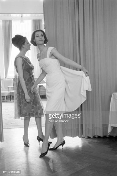 Zwei englische Modehäuser, Frank Usher Ltd. Und Cross & Fuss Ltd. Zeigen anlässlich der Berliner Durchreise eine Kollektion von Mänteln, Kostümen und...