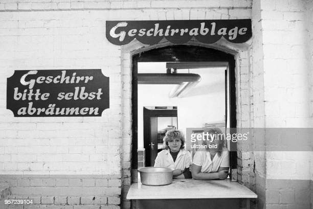 Zwei Frauen schauen aus dem Fenster der Geschirrablage einer Bauarbeiterkantine auf der Wohnungs-Baustelle auf dem Areal des früheren Gaswerk an der...