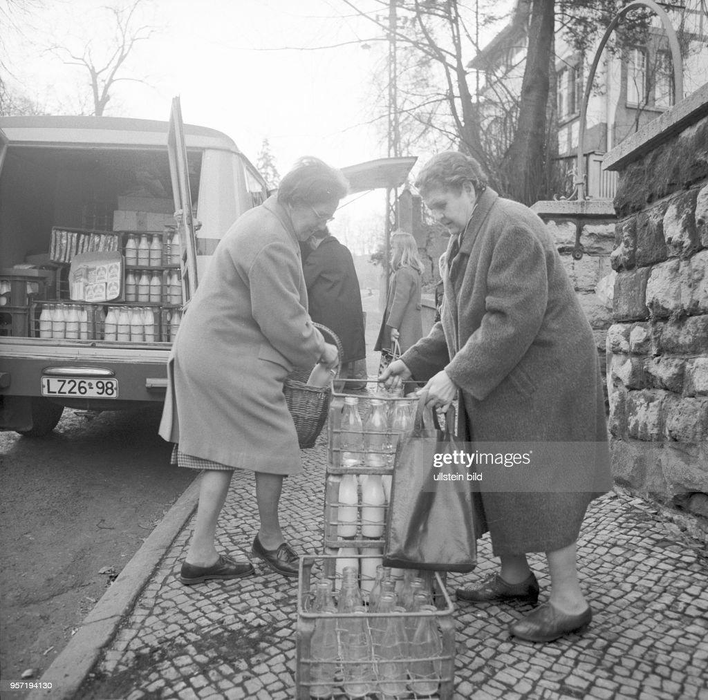 a52a1458e62c4a Zwei Frauen stehen an einer Straße in Eisenach vor Kästen mit ...