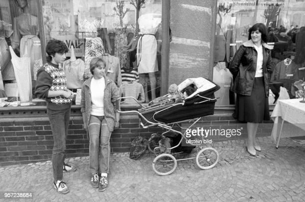 Zwei Jugendliche verkaufen auf einem Flohmarkt in Gerbstedt aus einem Kinderwagen heraus ihre Waren wie zB Puppen aufgenommen im Mai 1984 Sie stehen...