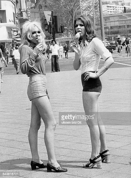 Zwei junge Frauen in Hotpants auf demKudamm in Berlin beim Eisschlecken- 1971