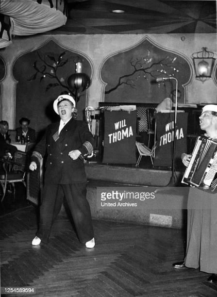 Zwei Künstler bei ihrem Auftritt auf der Bühne eines Nachtclubs auf der Reeperbahn in Hamburg, 1950er Jahre.