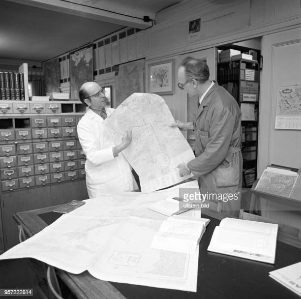 Zwei Mitarbeiter im Landkartenverlag VEB Hermann Haack Geographisch-Kartographische Anstalt Gotha, undatiertes Foto von 1981.