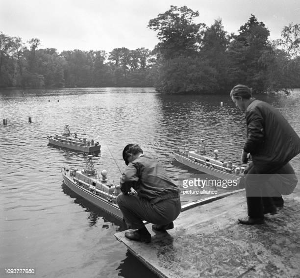 Zwei Mitglieder der GST nehmen letzte Handgriffe an ihren Schiffsmodellen vor, aufgenommen im Jahre 1971 im ostthüringischen Greiz beim...