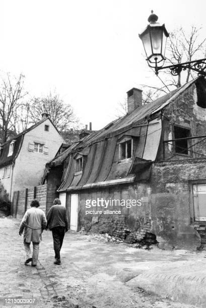 Zwei Männer gehen an der renovierungsbedürftigen Herberge An der Kreppe in MünchenHaidhausen am vorbei Mit der Renovierung der Herberge soll ein...
