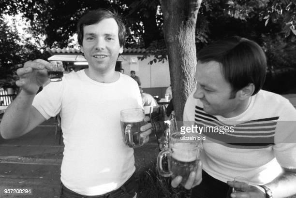 ARCHIV Zwei Männer trinken bei einem Betriebsfest des Betriebsteils Bohrmaschine im Mansfeldkombinat in Eisleben Bier und Hochprozentigen aufgenommen...