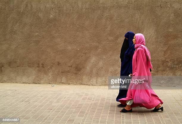 Zwei Muslima in einer Gasse in der Altstadt von Marrakesch Marokko März 2007