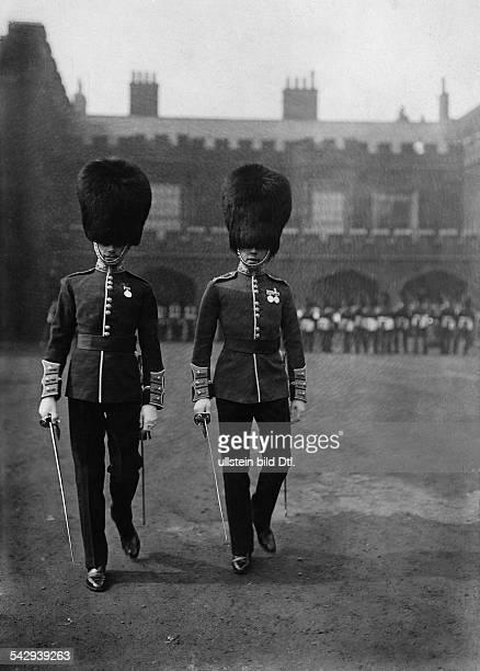 Zwei Offiziere der Königlichen Garde in London undatiert vermutlich 1906Foto The PhotoNews